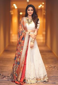 Keerthy Suresh a white lehenga and blouse with kalamkari dupatta. Silver and gold toned necklace and bangles and wavy hair complemented her look! Indian Skirt, Dress Indian Style, Indian Outfits, Indian Clothes, Indian Dresses, Indian Wear, Indian Wedding Gowns, Indian Bridal, Wedding Dresses