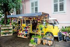 Um charme de floricultura! A floricultura Pop Up Kombi fica localizada no Rio de Janeiro e foi criação do casal Gabi e Léo. A ideia foi tomando forma a partir do apreço que Gabi (Gabriela Heringer) tem pelas flores e decoração, foi quando ela resolveu montar sua própria floricultura. Logo vemos que não é uma…