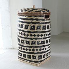 Panier à linge en bambou tressé motif éthnique noir et naturel Plus