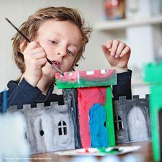die Pappburg mit verschiedenen Elementen zum Vergrößern  www.bibabox.de Home Decor, Cardboard Paper, Diy, Projects, Diy Home Crafts, Knights, Homemade Home Decor, Decoration Home, Interior Decorating