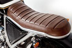 Tapizado del asiento en color marrón.