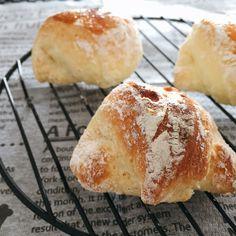 パン作りは、寝かせたり、発酵させたり、何かと手間がかかりますよね?もちろん、手間暇かけた手作りパンはとても美味しいですが、時間がない時やパパっと作りたい時におすすめなのが、「ホットケーキミックス」を