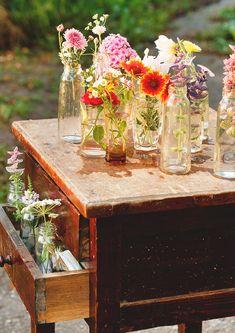 Flores em vidrinhos, cômoda antiga reutilizada no jardim.