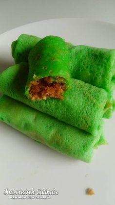 Kue Dadar Dua - Indonesisch recept | m.indonesisch-culinair.nl Asian Desserts, Asian Recipes, Indonesian Cuisine, Indonesian Recipes, How To Cook Potatoes, Malaysian Food, Caribbean Recipes, Vegan Sweets, Soul Food