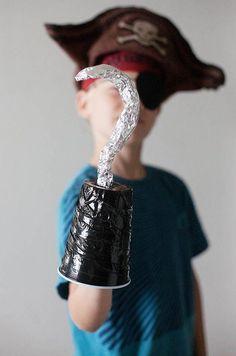 Karnevalskostüm für Jungs- Pirat mit Haken aus Metallfolie selber basteln