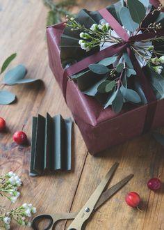 Här kommer lite inspiration till julklappsinslagning – från mig och Lollo. Det är helt klart hög tid att slå in de där klapparna nu ju! Jag tycker att det är så himla fint att ta in naturen när man slår in julklapparna. En kvist av vaxblomma, eucalyptus eller tall skapar verkligen en levande känsla på paketen och …