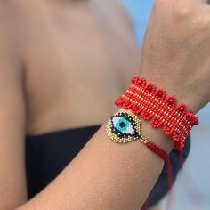 ❣️❤️❣️❤️Una combinación DIVINA! Nuevo Brazalete en #mostacilla con un tejido unico + Pulsera de Ojo en #miyuki hilito rojo, 🛍📲🛍3012187309… Beaded Bracelets, Magic Hands, Loom Beading, Hair Pins, Diy Jewelry, Creations, Brooch, Jewels, Baby Dresses