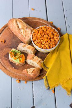 Möhrencarpaccio mit gerösteten Nüssen auf einer köstlichen Avocadocreme von den [Foodistas]