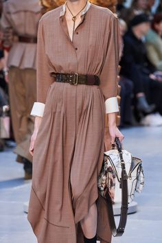 The complete Chloé Fall 2020 Ready-to-Wear fashion show now on Vogue Runway. Chloe Fashion, Lolita Fashion, Boho Fashion, High Fashion, Winter Fashion, Fashion Show, Fashion Outfits, Fashion Design, Emo Outfits