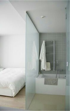 Su cuarto de baño, con esa pared transparente.