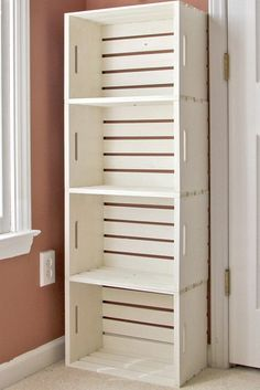 Caixotes empilhados formam uma estante!