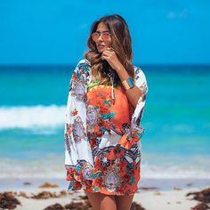 O mar daqui é encantador  O vestido estampado é da @creacoeslebien. Lindo, né?  Foto: @brunofioravanti