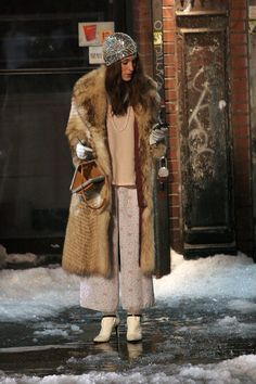 Sarah Jessica Parker as Carrie Bradshaw Carrie Bradshaw Outfits, Carrie Bradshaw Estilo, Fashion Tv, Winter Fashion, Fashion Styles, Retro Fashion, City Outfits, New Years Eve Outfits, Fashion Articles