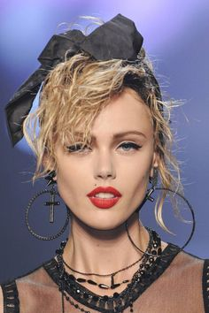 the Madonna look inspired many designers Supernatural Style Disfarces Halloween, Halloween Costumes, 80s Makeup Looks, 1980s Makeup And Hair, Madonna Looks, Look 80s, Madona, 80s Party Outfits, Looks Party