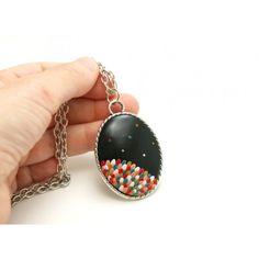 Colar preto com pétalas coloridas em cerâmica plástica