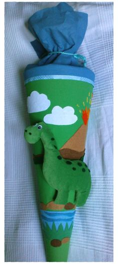 Eine abenteuerliche Schultüte mit Dinosaurier und Vulkan - verschiedene Formen und Farben zur Auswahl.Ein Name ist auch dabei!