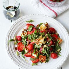 Halloumi-mansikkasalaatti   Maku Raw Food Recipes, Veggie Recipes, Salad Recipes, Vegetarian Recipes, Healthy Recipes, Healthy Food, Halloumi, Cocktail Party Food, Food Photo