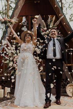 Cabin Wedding, Forest Wedding, Couple Portraits, Bridal Portraits, Something Blue Bridal, Wedding Planning On A Budget, Curvy Bride, Winter Bride, Plus Size Wedding