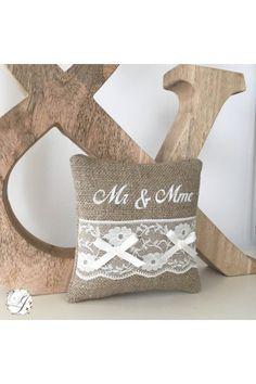 Coussin d'Alliances MR MME avec Dentelle Personnalisable en Lin - Création Francaise Lucy Jeanne Collection - Déco de Mariage