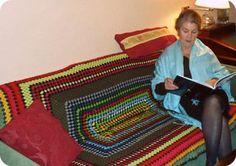 Leen con la manta de abuela hecha a ganchillo