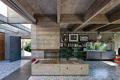Architekten planen den ganzen Tag lang Häuser für anderen Leute. Deshalb ist es umso interessanter, zu sehen, wie sie selbst wohnen. Der preisgekrönte brasilianische Architekt Paulo Mendes da Rocha hat jetzt einen Einblick in sein Haus in São Paulo gewährt