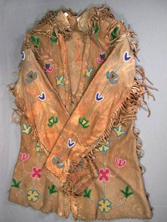 North American Ethnography, Pearsall Collection of American Indian Art: Man's Jacket, Plains, Crow ca. Native American Clothing, Native American Artifacts, Native American Tribes, Native American Fashion, Crow Indians, Indian Heritage, American Indian Art, Native Art, Glass Beads