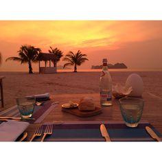 """""""서울에서 노을녘 하늘만 보면 우리 둘 다 '랑카위 하늘'이라며 _  #fourseasons #langkawi #fslangkawi #malaysia #tanjungrhu #travel #resort #summer #beach #sunset #romantic #voyage…"""""""