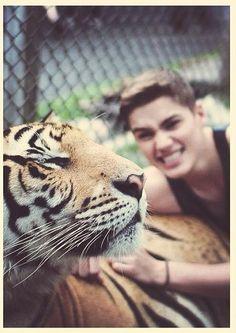 Jack Harries posing with a tiger   #jacksgap