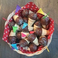 Cupcakes in waffle cup - Kuchen im Waffelbecher - FingerFood İdeen Easy Smoothie Recipes, Snack Recipes, Dessert Recipes, Bar Recipes, Oreo Desserts, Mini Desserts, Individual Desserts, Waffle, Party Buffet