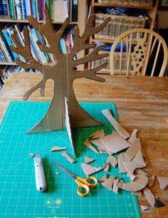 Hullámpapírból ékszertartó fa.  cardboard box tree