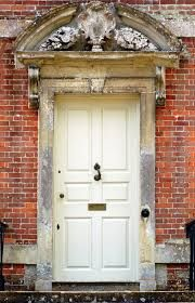 White door with red tilewalls Cool Doors, Peeling Paint, White Doors, Red Bricks, Small Paintings, Paint Cans, Flower Frame, Closed Doors, Doorway