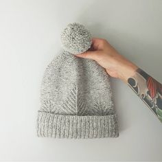 Love this subtle hat pattern Crochet Patron, Knit Or Crochet, Crochet Hats, Yarn Projects, Knitting Projects, Crochet Projects, Knitting Patterns, Crochet Patterns, How To Purl Knit