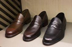 Barrett Penny Loafers, Milan « The Sartorialist Sock Shoes, Men's Shoes, Dress Shoes, Teen Boy Fashion, Mens Fashion, Penny Loafers, Loafers Men, Derby, Sartorialist