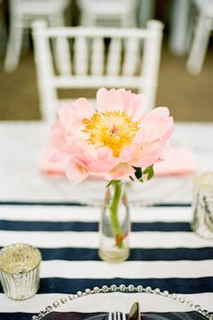 Single bloom centerpiece | Jenna Henderson Photography | see more on: http://burnettsboards.com/2015/04/preppy-summer-garden-wedding/