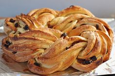 Estonian Kringel-braided sweetbread with raisins Estonia ~ this looks so beautiful. I've made it -- very interesting and easy technique to have it look like this Croissants, Kringle Recipe, Bread Recipes, Snack Recipes, Snacks, Estonian Food, My Favorite Food, Favorite Recipes, Dutch Kitchen