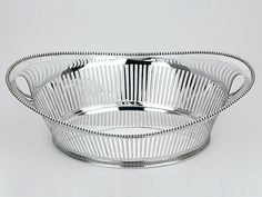 Zilveren broodmand uit 1960 - Hollands zilveren broodmand 2e gehalte Afmeting 31,9 cm x 20,5 x 9,9 cm Gewicht 493 gram Jaarletter A = 1960 Meesterteken Zilverfabriek Voorschoten - Voorschoten