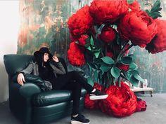 Кайфую☺️ просто кайфую от этого нереального куста😍 Оставлю эту фотокарточку здесь, как память о 3х крутых днях обучения! В воздухе царила нереально крутая атмосфера😎 А все благодаря самому лучшему месту в Сочи @art_space_19_63 Спасибо всем❤️ Вы лучшие😘 Paper Flowers Craft, Paper Flowers Wedding, Paper Roses, Wedding Paper, Flower Crafts, Giant Flowers, Wedding Art, Coral Turquoise, Art Object