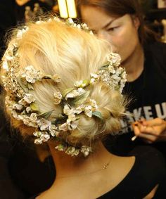 Hair flowers style wedding mariage coiffure fleurs floral D&G Up Hairstyles, Pretty Hairstyles, Wedding Hairstyles, Flower Hairstyles, Wedding Updo, Wedding Reception, Hair Styles 2014, Curly Hair Styles, Hair Inspo