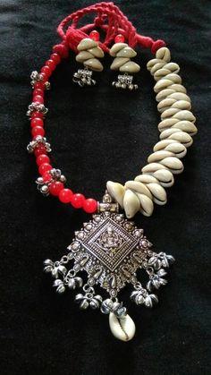 Trendy Ideas For Boho Lighting Diy Tutorials Diy Jewelry Necklace, Handmade Beaded Jewelry, Handmade Jewelry Designs, Feather Necklaces, Boho Jewelry, Handcrafted Jewelry, Jewelry Art, Jewelery, Fashion Jewelry