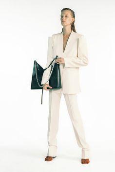 Adiós, joggineta: la silueta pandémica se viste de traje / Blocdemoda.com   Cultura Moda Givenchy, Miuccia Prada, Vogue Paris, Fashion Updates, Fashion Trends, Vogue Russia, Mode Vintage, Fashion Show Collection, Mannequins