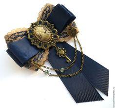 Da pra colocar um negócio assim na gola da Dona Rita - from Бетельгейзе Орионовна brooch Tie Crafts, Ribbon Crafts, Ribbon Bows, Ribbon Jewelry, Fabric Jewelry, Steampunk Accessories, Jewelry Accessories, Women Bow Tie, Retro Mode