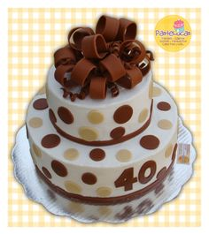 Pastel moño; pastel de chocolate con cubieta y relleno de betún de chocolate  Aplicaciones y moño de fondant