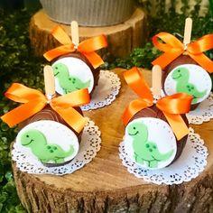 Maçã do amor decorada com o tema dinossauro pela Marcia Colonese em festa realizada no Museu Miniland Buffet