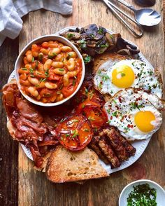 Just in case you aren't doing Dry January and you're looking for a bit of a hangover helper, we'll leave this Full English breakfast wi Breakfast Platter, Breakfast Recipes, Irish Breakfast, Full English Breakfast Ideas, Healthy English Breakfast, English Breakfast Traditional, Breakfast Quotes, Breakfast Cafe, American Breakfast