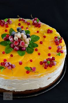 Tort cu crema de branza si piersici - CAIETUL CU RETETE Dessert Bars, Cheesecakes, Truffles, Mousse, Cookie Recipes, Food And Drink, Sweets, Cookies, Desserts