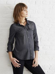 Avec ses jeux de découpes, ses surpiqûres et sa matière stretch, la fameuse chemise en jean s'adapte avec style aux courbes des futures mamans ! Collection Auomne-Hiver 2016 - www.vertbaudet.fr