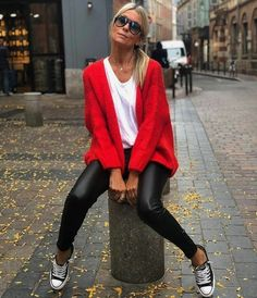 Converse, black pants and red cardigan Converse, schwarze Hose und rote Strickjacke Mode Outfits, Trendy Outfits, Red Cardigan Outfits, Cardigan Fashion, Look Fashion, Winter Fashion, Red Fashion Outfits, Womens Fashion, Look Legging
