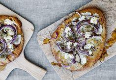 Pizzaen er hjemmebagt ... eller næsten, for vi har snydt lidt og bruger naanbrød som bund.