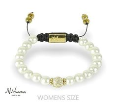 Weißes Perlenarmband aus magnetischem Hämatit mit einer goldenen Perle (weiße Himalaja Kristalle) in der Mitte. Man sagt dem Hämatit schmerzlindernden Wirkung nach. Das wünscht sich jede Braut. Marry Me, Beaded Bracelets, How To Wear, Wedding, Jewelry, Fashion, Wedding Bride, Crystals, Wristlets