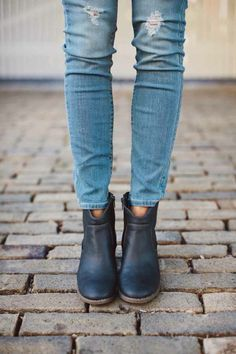 File: Old Navy Skinny Jeans & Booties For Fall How to wear skinny jeans + booties this season.How to wear skinny jeans + booties this season. Ankle Boots Skinny Jeans, Old Navy Skinny Jeans, Denim Boots, Jeans Shoes, Ripped Jeans, Blue Jeans, Looks Chic, Looks Style, Style Me
